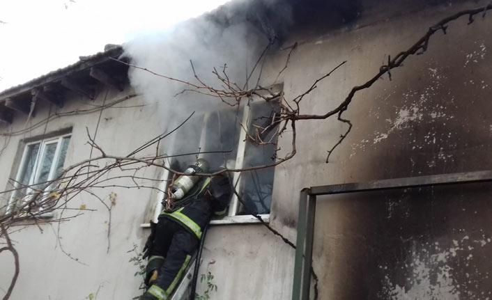2 katlı evden çıkan yangın korkuttu