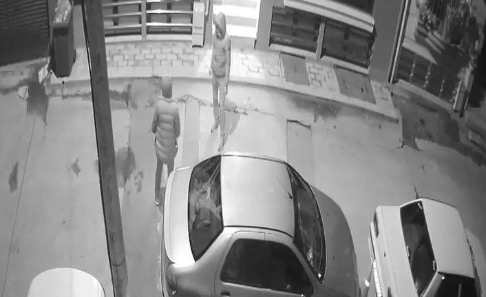 Oto hırsızlarını güvenlik kamerası ele verdi