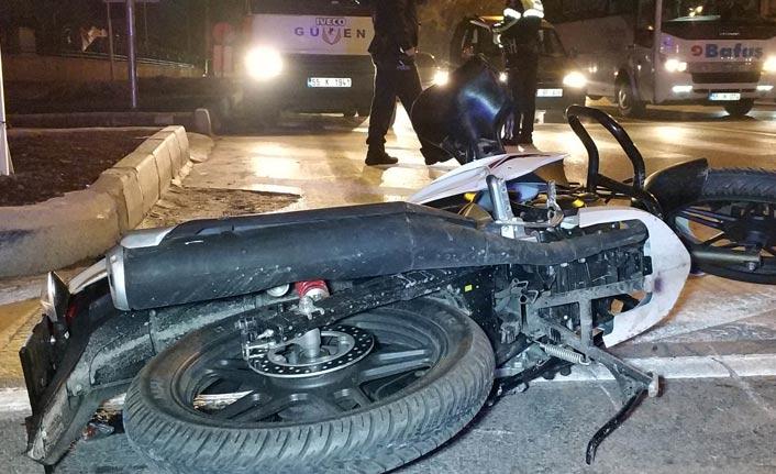 Tıra çarpan motosikletli ölümden döndü
