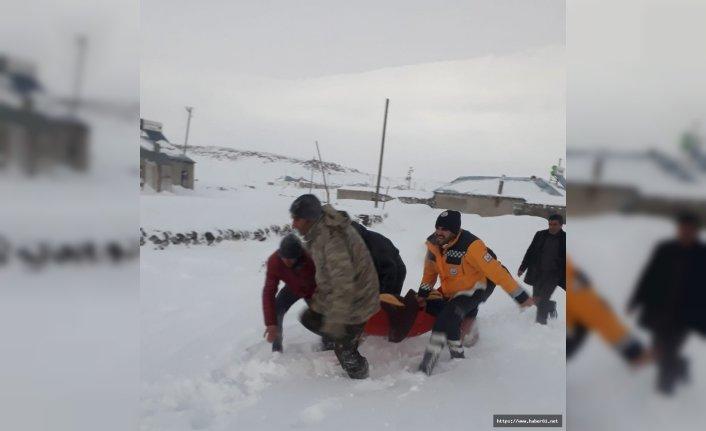 Ağrı'da karın yolları kapatmasıyla hasta helikopterle kurtarıldı