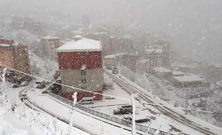 Gümüşhane'de kar yağışıdevam ediyor! 46 köye ulaşım yok!