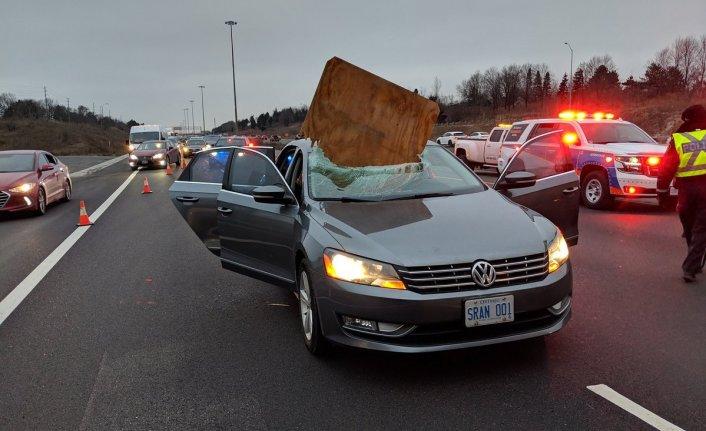 Seyir halindeyken aracın camına kontraplak levha düştü!