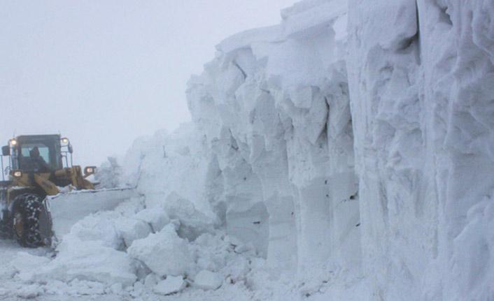 Kar kalınlığının 6 metreye ulaştığı kara yolu açılmaya çalışılıyor