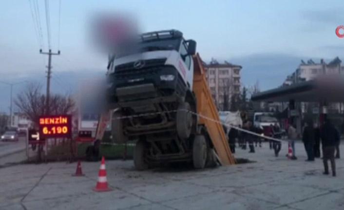 Yer yarıldı kamyon içine girdi!
