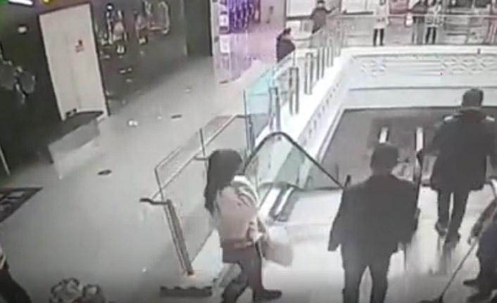 Bebek yürüyen merdivenden aşağı yuvarlandı