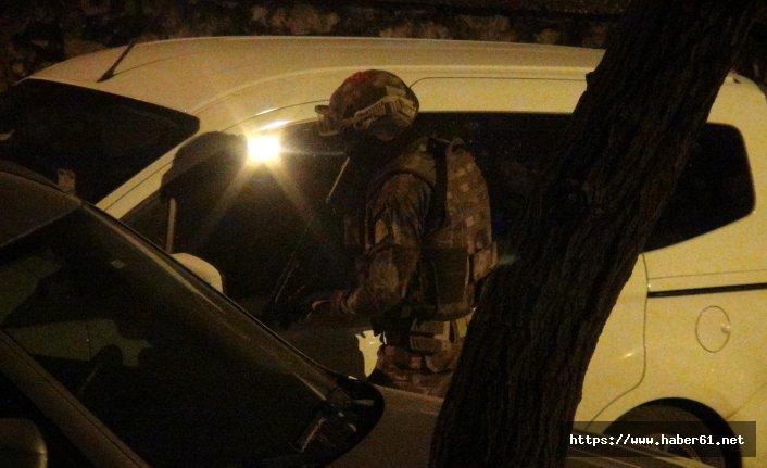 Sevgilisinin evinin önünde kafasına silah dayadı