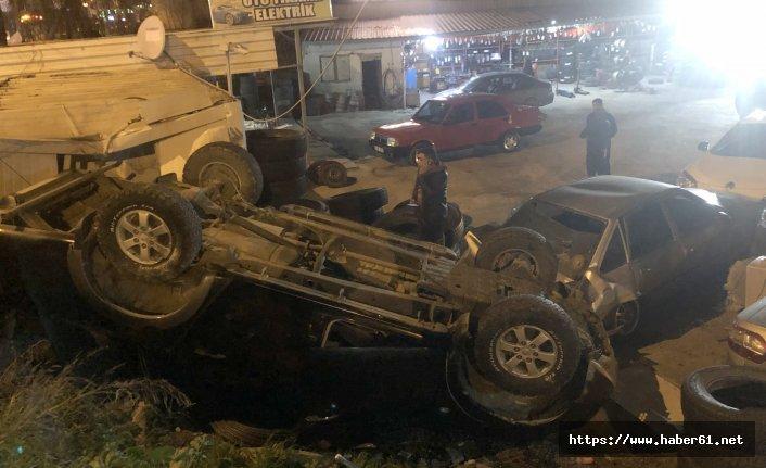 Kazada kamyonet otomobilin üzerine düştü