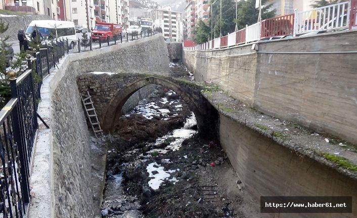 Tarihi kemer köprüde yıkılma riski
