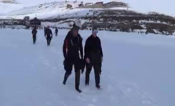 Buzu kırıp suda çekim yaptılar