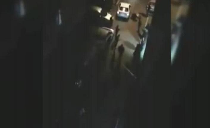 Silahla vurulan kişiyi bir de tekmeledi