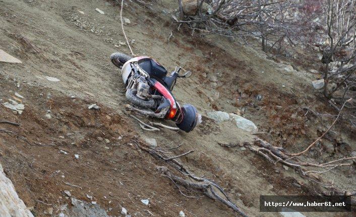 Motosiklet sürücüsü uçuruma yuvarlandı