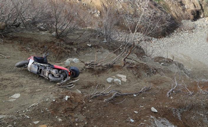 Motosikletli sürücü uçuruma yuvarlandı