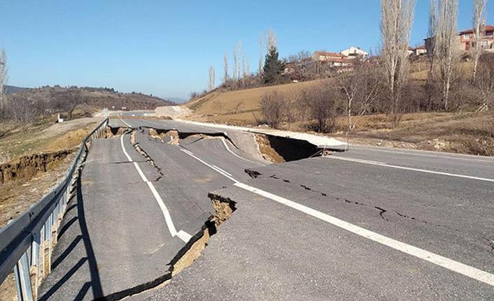 Çöken yol, 12 evde hasara yol açtı