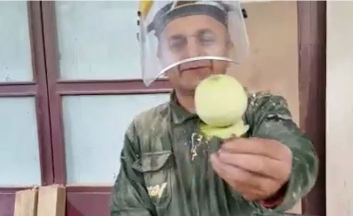 Böyle elma soyma görmediniz