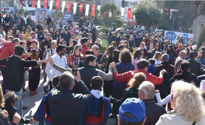 '19 Mayıs Meydanı' nı halay çekerek açtılar