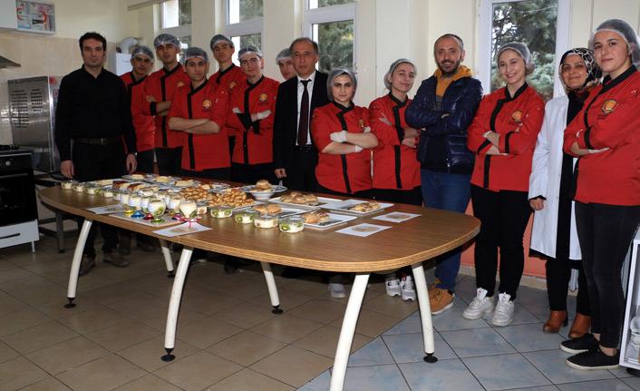 Öğrenciler, çölyak hastaları için pasta ve tatlı yapıyor