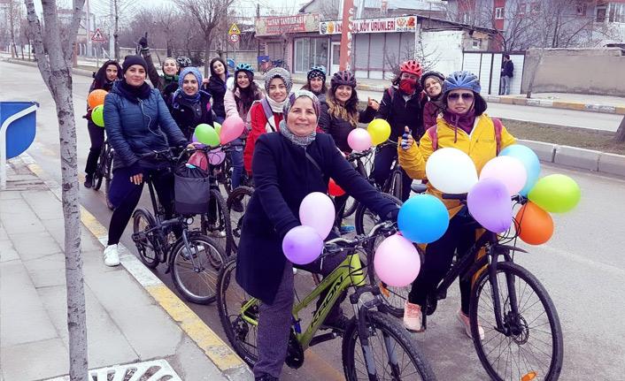 Van'da 'süslü kadınlar'dan bisiklet turu
