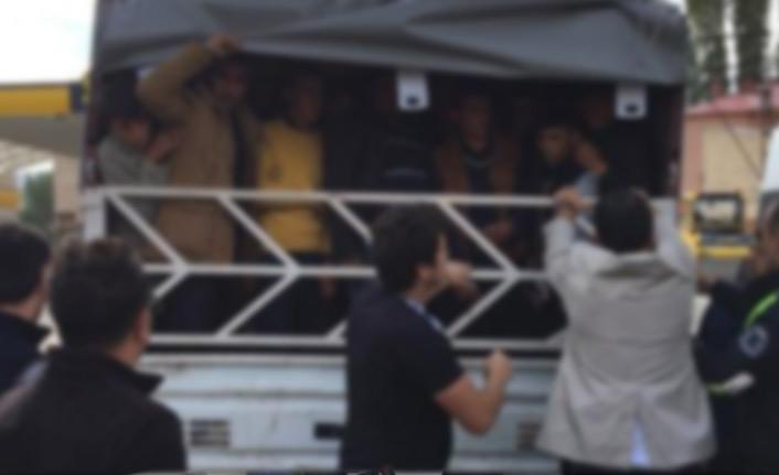 Park halindeki kamyonetin kasasından 60 göçmen çıktı