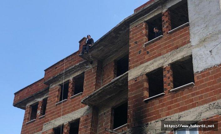 Karısı tarafından terk edilen adam çatıya çıktı