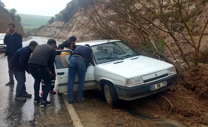Yola düşen ağaç kazaya sebep oldu
