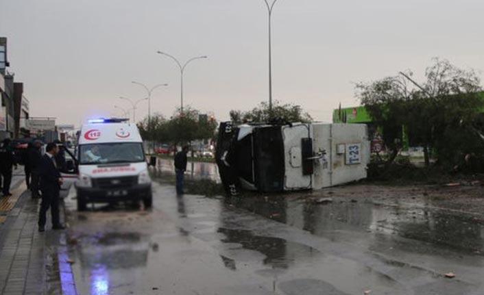 TOMA devrildi: 2 polis yaralı