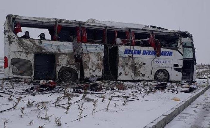 Yolcu otobüsü devrildi! Ölü yaralılar var!