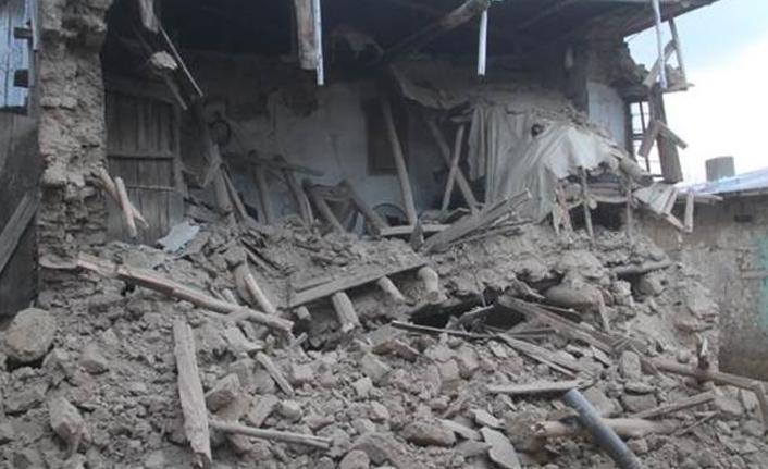 Depremin hasarı gün ağarınca ortaya çıktı!