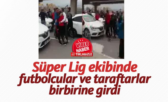 Süper Lig ekibinde futbolcular ve taraftarlar birbirine girdi!