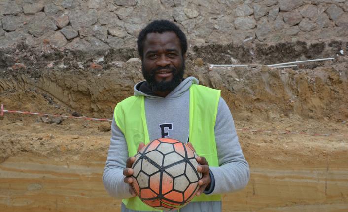 Futbol oynamak için geldi, inşaatta çalışmaya başladı!