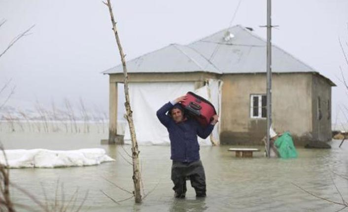 Nehil Deresi taştı, 5 ev su altında kaldı