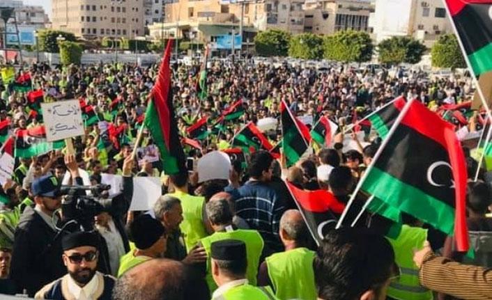Libya'da binlerce kişi Hafter 'i protesto etti