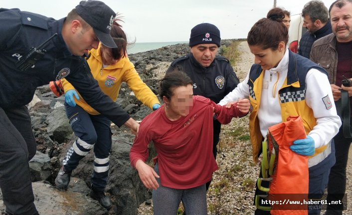 Denize atlayan genç kızı polis kurtardı