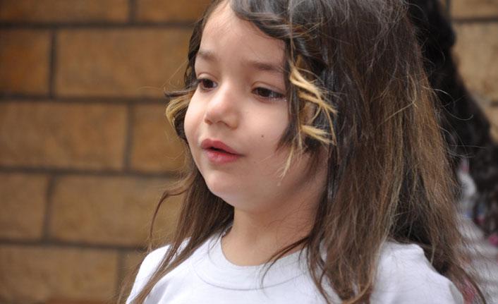 5 yaşındaki Cemrenur, İstiklal Marşı'nı okurken gözyaşlarına boğuldu