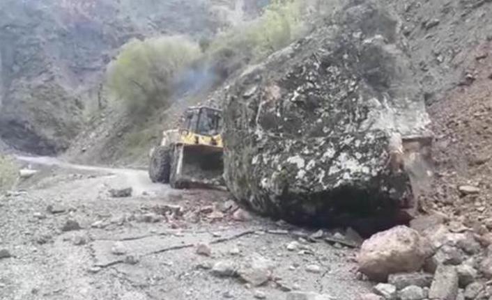 Dağdan düşen kaya parçası yolu ulaşıma kapadı!