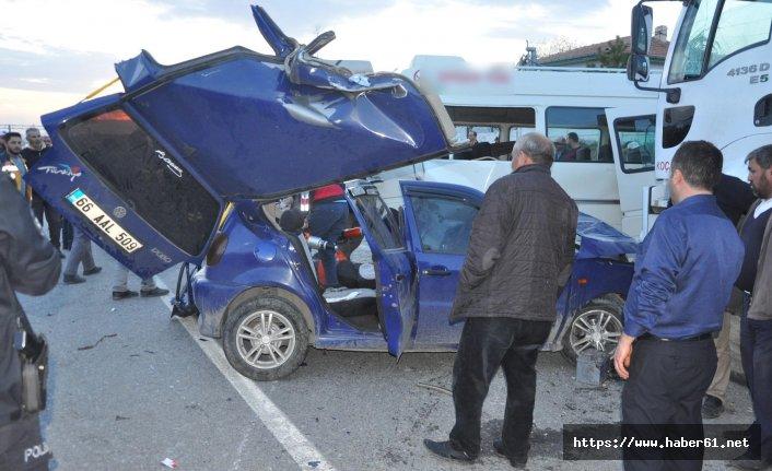 Sevisle otomobil çarpıştı ölü ve yaralılar var