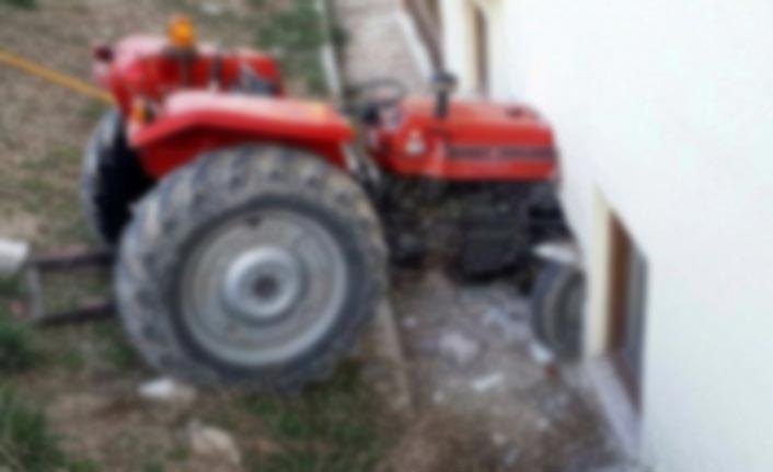 Traktör iş yerine daldı!