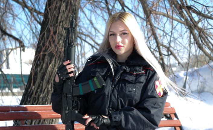 Rusya'da muhafız biriminin en güzel kadın polisi o seçildi