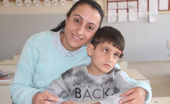 Eli öpülesi öğretmen, görme engelli öğrencisi için özel ders aldı