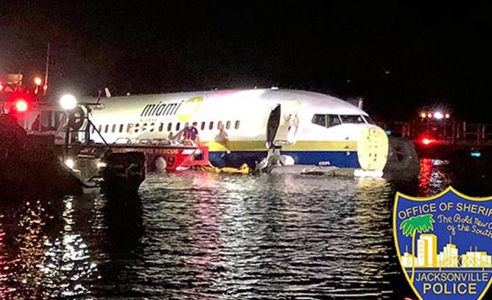 Uçak pistten çıkıp nehre indi