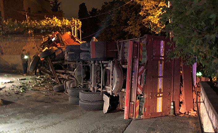 Freni boşalan tuğla yüklü kamyon evin duvarına girdi