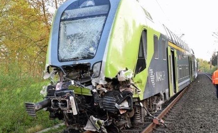 Yolcu treni, TIR'la çarpıştı: 20 yaralı