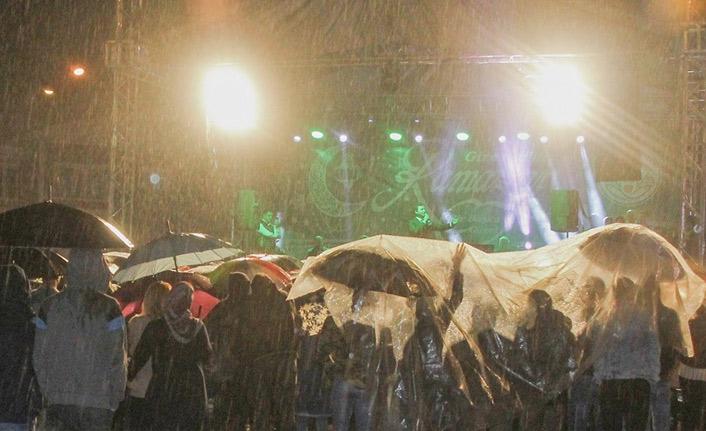 Orhan Hakalmaz Giresun'da yarğmur altında konser verdi!