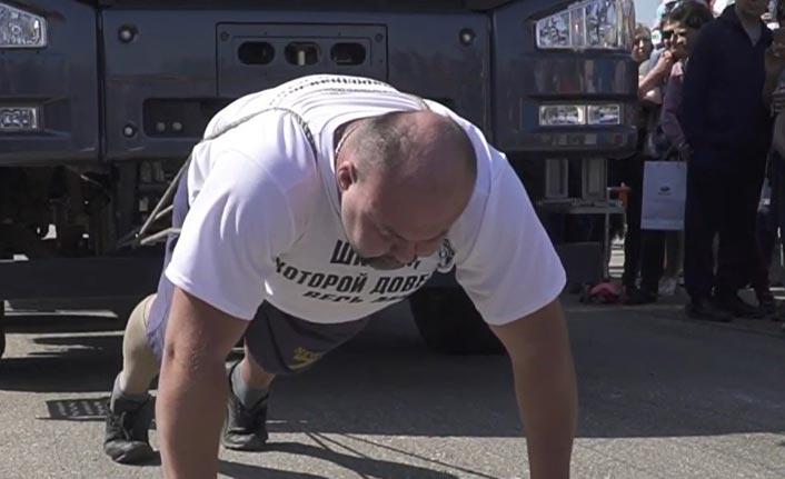 Rus rekortmen 18 tonluk kamyonu çekti