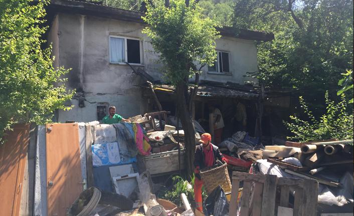 Evden ve bahçesinden 6 kamyon çöp çıktı