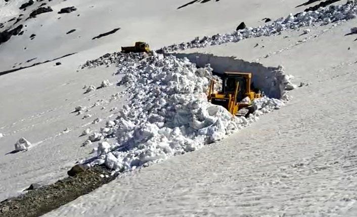 Doğu Karadeniz'de haziran ayında yayla yollarında karla mücadele