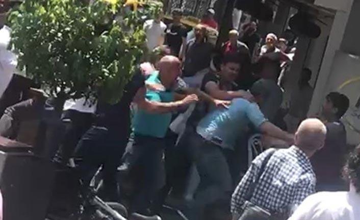 Seyyar satıcılar zabıta memuruna saldırdı