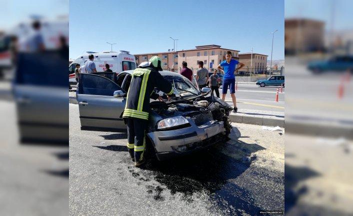 Traktörle çarpışan otomobil hurdaya döndü