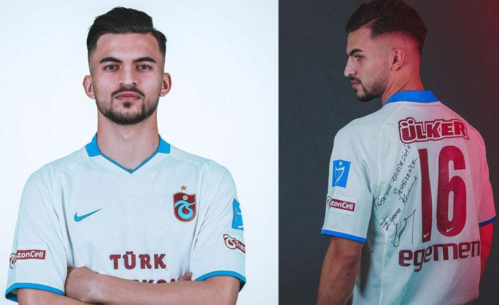 Egemen Korkmaz'dan Trabzonsporlu yıldıza forma hediyesi