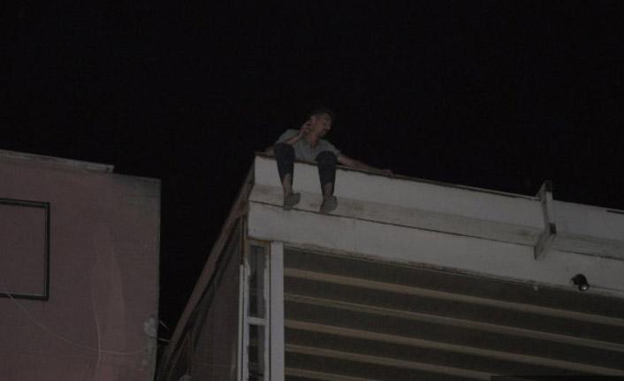 Eşiyle tartıştı çatıda çıkıp intihara kalkıştı