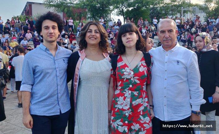 49 yaşındaki 2 çocuk annesi, üniversite birincisi oldu